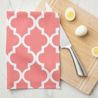Quatrefoil coralino elegante teja el modelo toalla de cocina