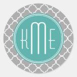 Quatrefoil gris con el monograma de encargo de la pegatina redonda