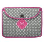 Quatrefoil gris con el monograma rosado funda macbook pro
