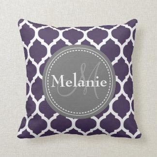 Quatrefoil púrpura y gris con monograma cojín decorativo