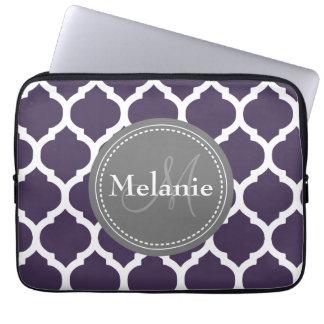 Quatrefoil púrpura y gris con monograma fundas portátiles