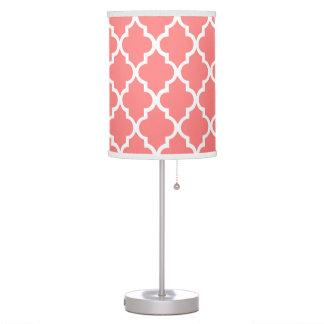 Quatrefoil rosado coralino teja el modelo lámpara de mesa