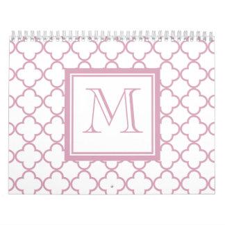 Quatrefoil rosado y blanco el | su monograma calendario de pared