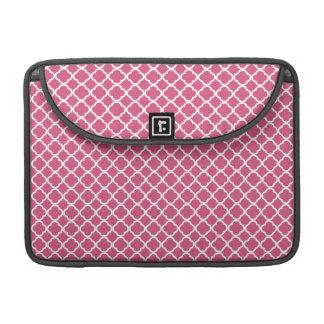 Quatrefoil rosado y blanco simple funda macbook pro