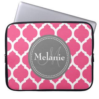 Quatrefoil rosado y gris brillante con monograma funda ordendadores