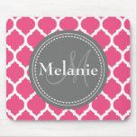 Quatrefoil rosado y gris brillante con monograma tapete de ratón