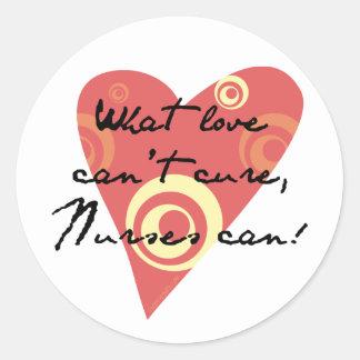 ¡Qué amor no puede curar, las enfermeras pueden! Pegatina Redonda