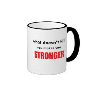 Qué no mata usted le hace un CoffeeMug más fuerte Taza A Dos Colores