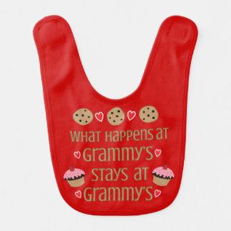 Qué sucede en el babero de la niña de Grammy