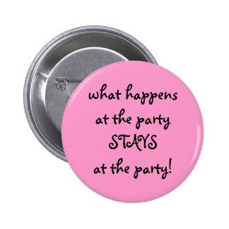 qué sucede en el fiesta… pin redondo de 2 pulgadas