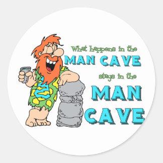 Qué sucede en las estancias de la cueva del hombre pegatina redonda
