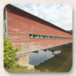 Quebec, Canadá. Puente cubierto de Galipeault aden Posavasos De Bebidas