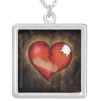 Quebrado reparando el collar de plata de Corazón-S