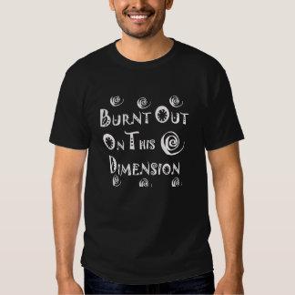 quemado hacia fuera en este negro de la dimensión camisas