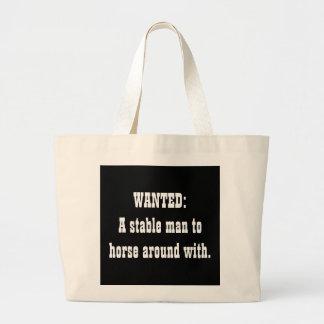 QUERIDO: Un hombre estable al caballo alrededor co Bolsa