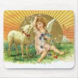 Querube del ángel del vintage con el cordero tapete de ratones