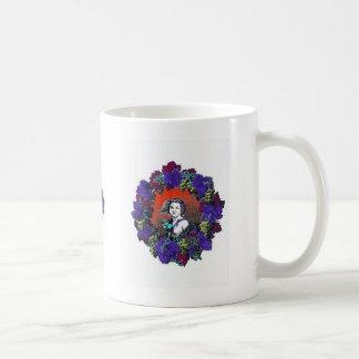 Querube en la guirnalda de la uva fondo rojo tazas de café