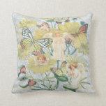 Querubes, mariposas y flores en amarillo almohada