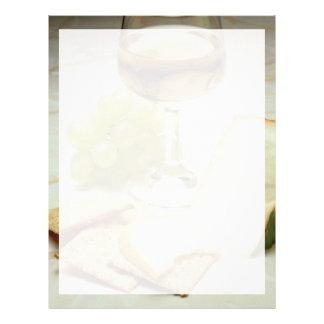 Queso, galletas y copa de vino deliciosos plantilla de membrete