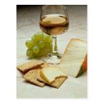 Queso, galletas y copa de vino deliciosos tarjetas postales