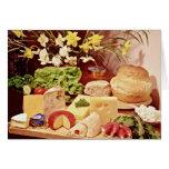 Quesos, con los rábanos, la lechuga, el pan, y el  felicitaciones