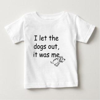 Quién dejó los perros hacia fuera playera de bebé