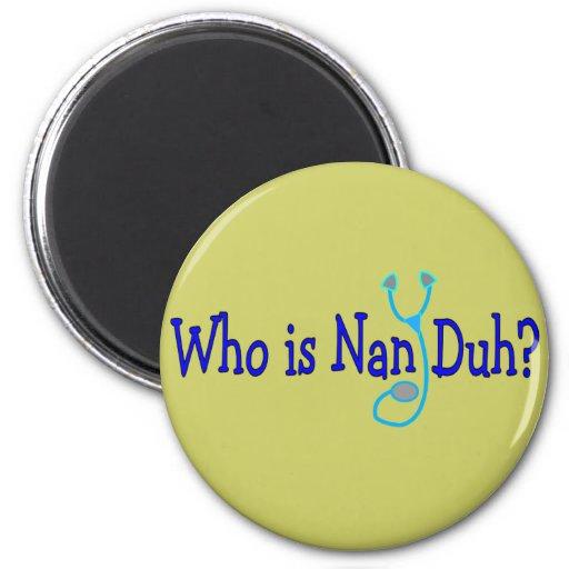 ¿Quién es NaN Duh?  Regalos divertidos del estudia Imán Redondo 5 Cm