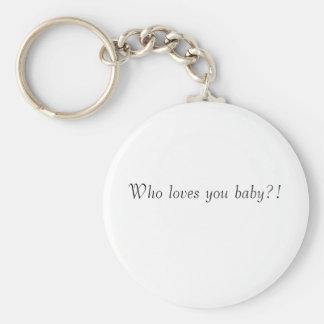 ¡Quién le ama bebé?! Llavero Redondo Tipo Pin