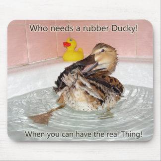 Quién necesita un Ducky de goma ..... Alfombrillas De Ratones