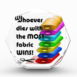 ¡Quienquiera muere con la mayoría de los triunfos