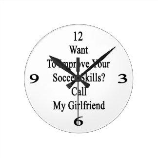 Quiera mejorar sus habilidades del fútbol llaman reloj redondo mediano