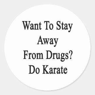 Quiera permanecer lejos de las drogas hacen karate pegatina redonda