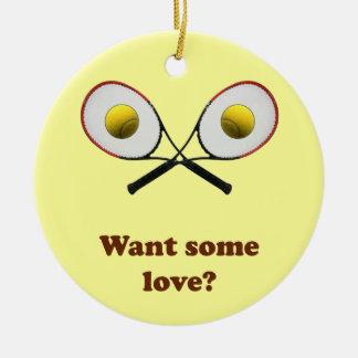 Quiera un cierto tenis del amor adorno navideño redondo de cerámica