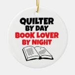 Quilter del aficionado a los libros del día por adorno navideño redondo de cerámica