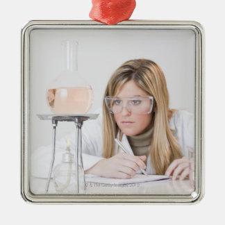 Químico que mira la hornilla de Bunsen Adorno Cuadrado Plateado