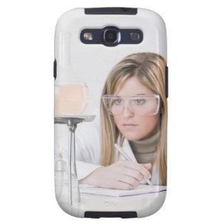 Químico que mira la hornilla de Bunsen Samsung Galaxy S3 Cobertura