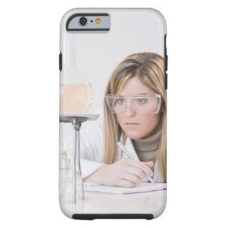 Químico que mira la hornilla de Bunsen Funda Para iPhone 6 Tough