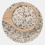 Quinoa con la cuchara de madera pegatina redonda