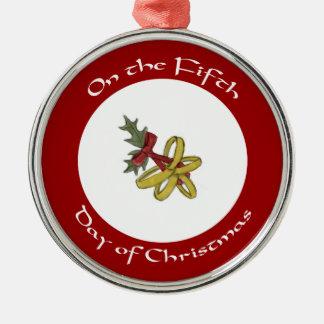 Quinto día de los anillos de oro de ornamento del adorno navideño redondo de metal