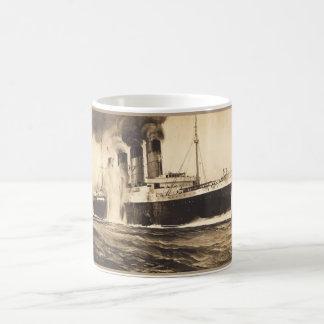 R M S Lusitania golpeado por los torpedos de la c Taza