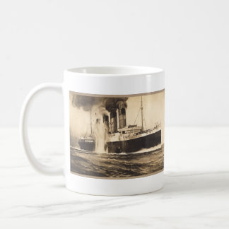 R M S Lusitania golpeado por los torpedos de la c Tazas De Café