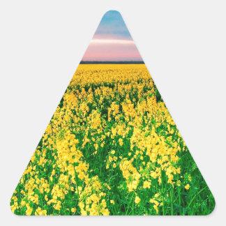 Rabina del amarillo del campo de la naturaleza pegatina triangular