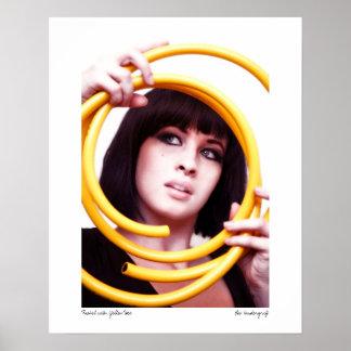Rach-7858, Raquel con la manguera amarilla, Lee Va Póster