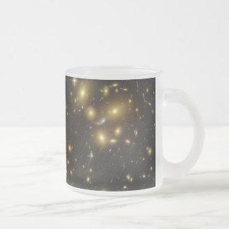 Racimo Abell 1689 de la galaxia en virgo de la con Taza