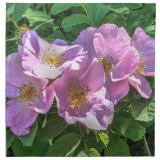 Racimo color de rosa salvaje servilleta imprimida