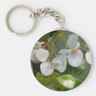 Racimo delicado de flores blancas llavero redondo tipo pin