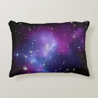 Racimo púrpura de la galaxia cojín decorativo