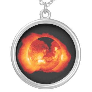 Radiación solar y llamaradas emitidas por el Sun Joyeria
