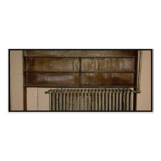 Radiador oxidado (calentador de sitio) en la prisi tarjetas publicitarias a todo color