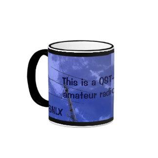 Radio aficionada QST y taza del indicativo